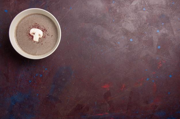 Vista superior da sopa de cogumelos dentro do prato no espaço escuro