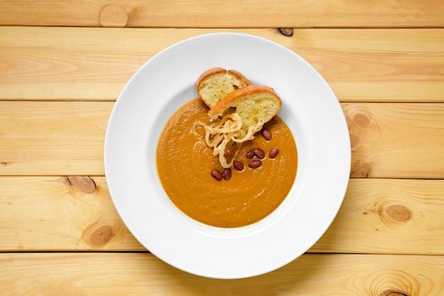 Vista superior da sopa de creme de feijão com croutons