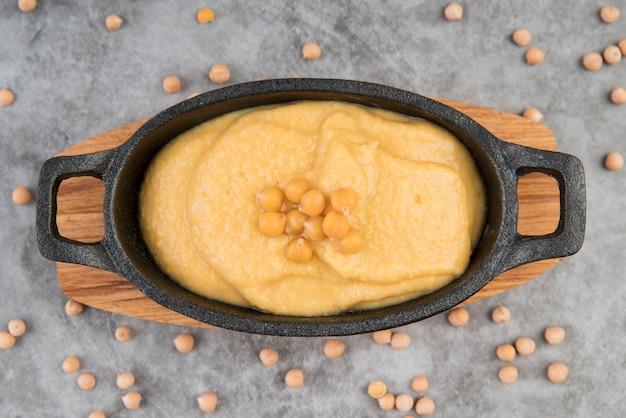 Vista superior da sopa de creme de grão de bico vegan