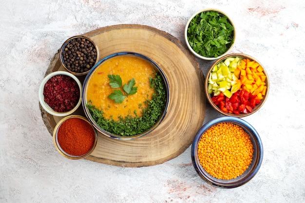Vista superior da sopa de feijão chamada merci com verduras e temperos na superfície branca refeição de sopa de comida vegetal