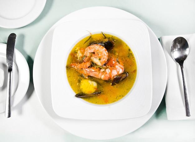 Vista superior da sopa de frutos do mar