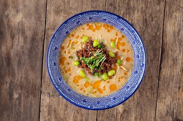 Vista superior da sopa de macarrão tantanmen japonês