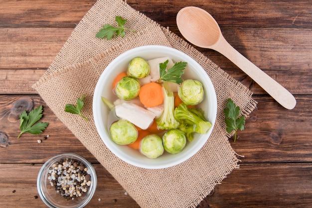 Vista superior da sopa de sopa de couve de bruxelas e legumes