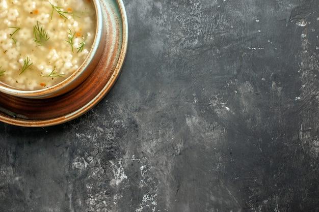 Vista superior da sopa estrela em uma tigela na superfície escura