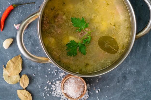 Vista superior da sopa fumegante quente com legumes e carne