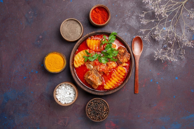 Vista superior da sopa saborosa de molho de carne com temperos no preto