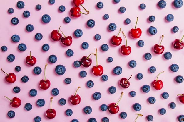 Vista superior da superfície com cerejas e mirtilos