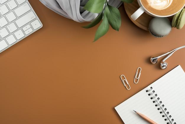 Vista superior da tabela marrom da mesa de escritório com espaço da cópia. lay plana.