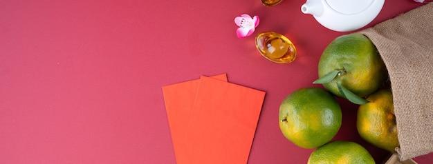 Vista superior da tangerina tangerina fresca no fundo vermelho da mesa