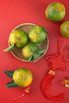Vista superior da tangerina tangerina madura fresca com folhas frescas. conceito de fruta do ano novo lunar chinês, a palavra chinesa significa primavera.