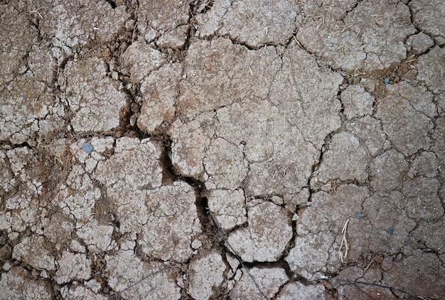 Vista superior da textura da superfície do solo seco e rachado para o conceito de salvar a terra