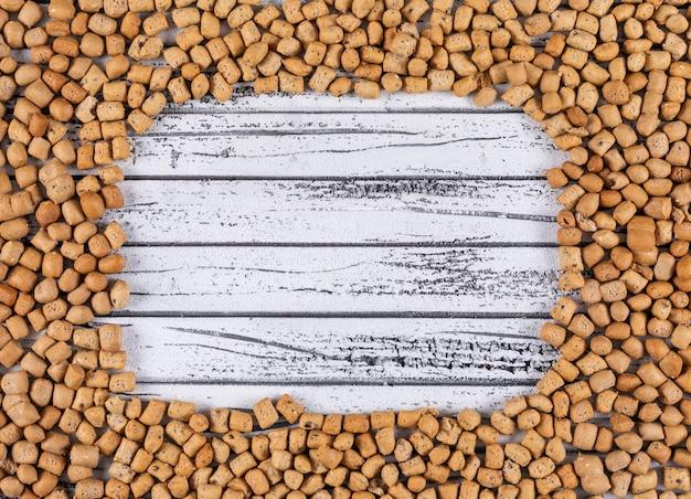 Vista superior da textura de biscoitos com espaço de cópia na horizontal de madeira branco