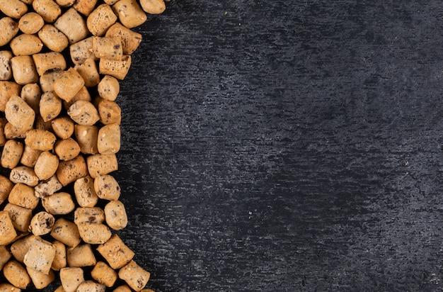 Vista superior da textura de biscoitos com espaço de cópia na horizontal de madeira escura