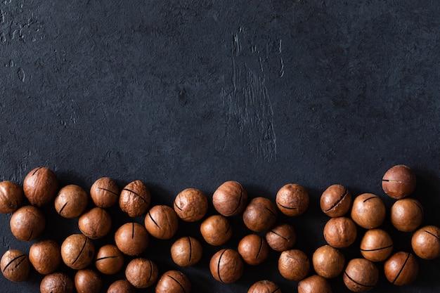 Vista superior da textura de nozes de macadâmia cruas sem casca naturais frescas