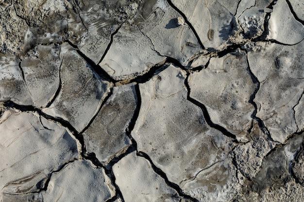 Vista superior da textura de uma parte rachada de um vulcão de lama, close-up