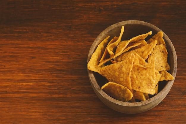Vista superior da tigela cheia de nachos
