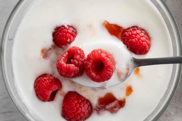 Vista superior da tigela de iogurte com framboesas