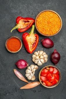 Vista superior da tigela de legumes com lentilha, tomate, temperos, pimentão, alho, cebola