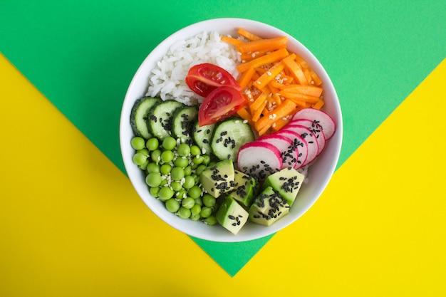 Vista superior da tigela de pokê vegan com arroz branco e vegetais
