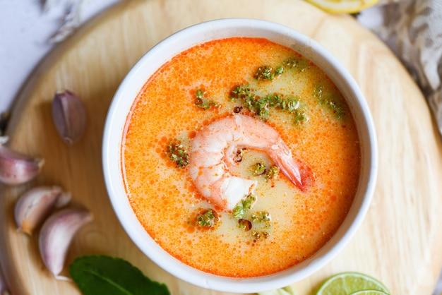 Vista superior da tigela de sopa de camarão