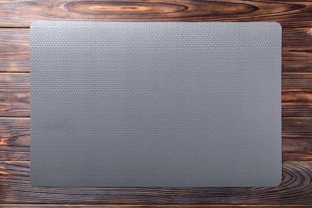 Vista superior da toalha de mesa preta para alimentos na madeira