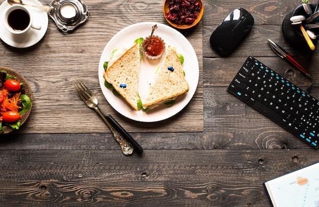 Vista superior da torrada saudável sanduíche com alface, numa superfície de madeira