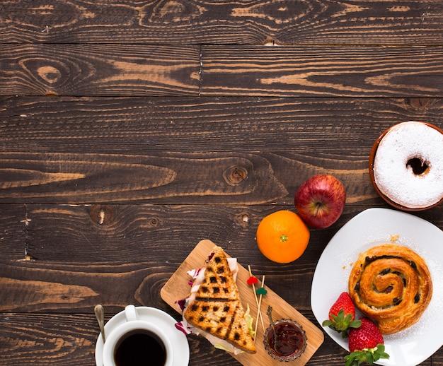 Vista superior da torrada saudável sanduíche, numa superfície de madeira