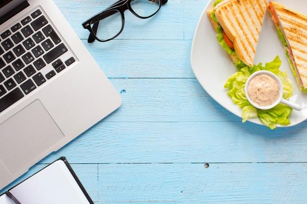 Vista superior da torrada saudável sanduíche numa superfície de madeira