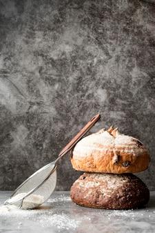 Vista superior da torre do pão com farinha e peneira