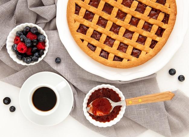 Vista superior da torta de frutas da floresta e café