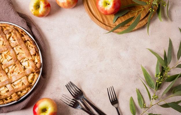 Vista superior da torta de maçã de ação de graças com garfos e espaço de cópia