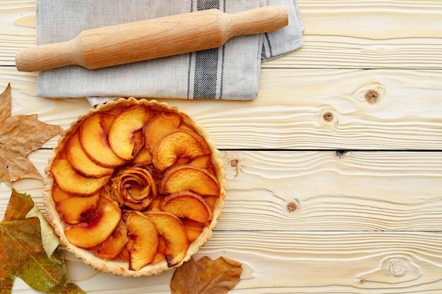 Vista superior da torta de maçã na placa de madeira