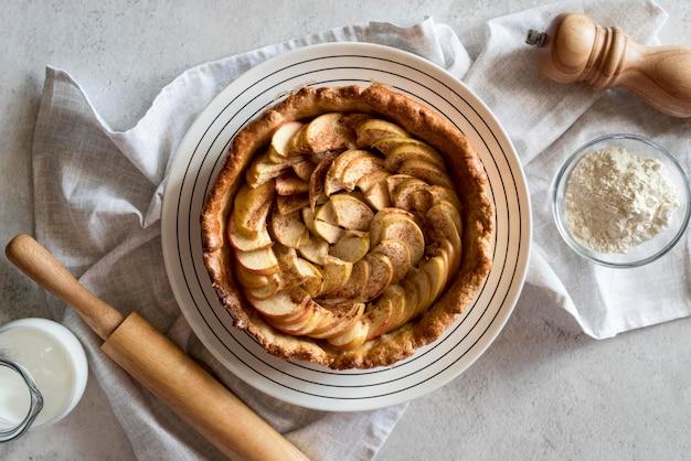 Vista superior da torta de maçã no prato