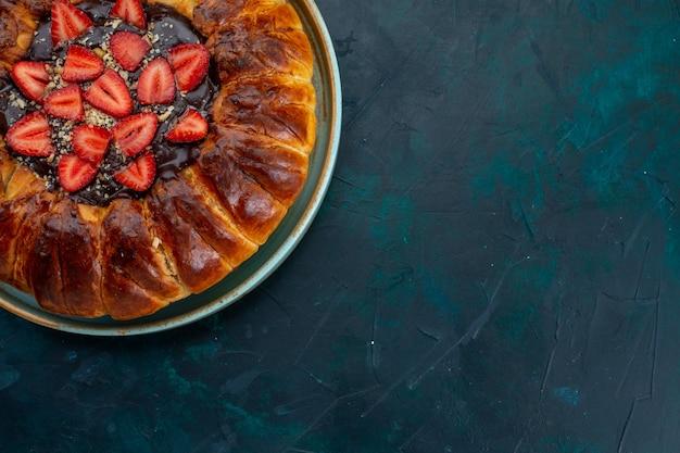 Vista superior da torta de morango com geleia e morangos frescos na mesa azul