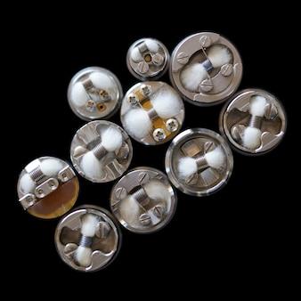 Vista superior da única bobina micro com algodão em atomizadores de gotejamento reconstrutíveis isolados em ba preto