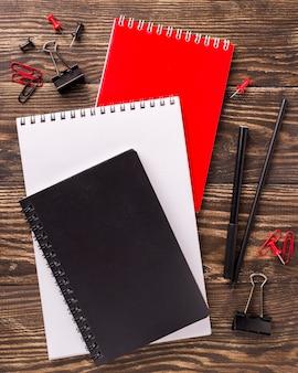 Vista superior da variedade de cadernos na mesa de madeira