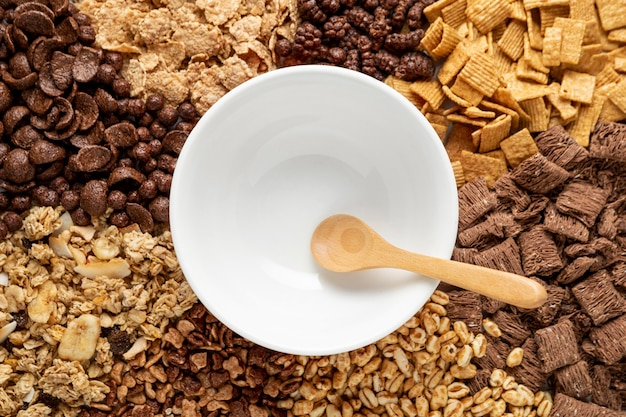 Vista superior da variedade de cereais matinais com a tigela vazia
