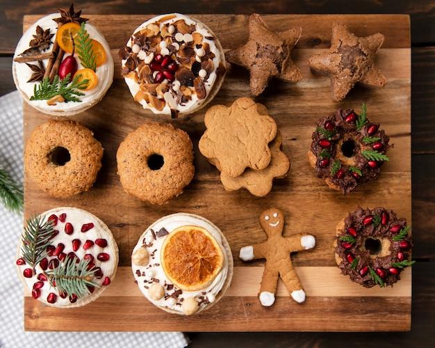 Vista superior da variedade de doces de pastelaria e pão de gengibre
