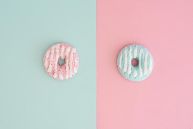 Vista superior da variedade de donuts coloridos com vidros