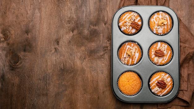 Vista superior da variedade de muffins na bandeja com espaço para cópia