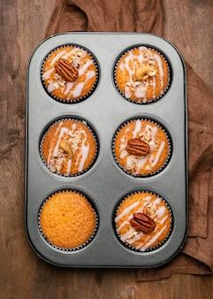 Vista superior da variedade de muffins na bandeja