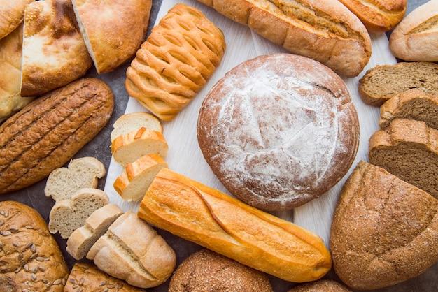 Vista superior da variedade de pães rústicos