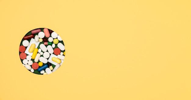 Vista superior da variedade de pílulas com espaço de cópia
