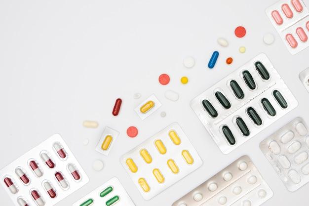 Vista superior da variedade de pílulas em folhas