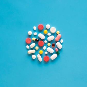 Vista superior da variedade de pílulas em forma de círculo