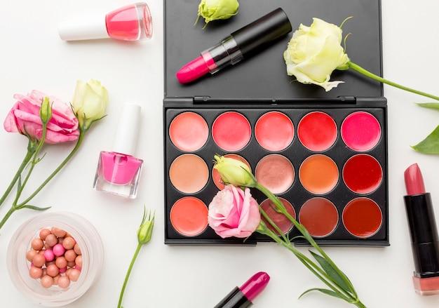 Vista superior da variedade de produtos de maquiagem