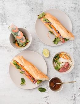 Vista superior da variedade de sanduíches
