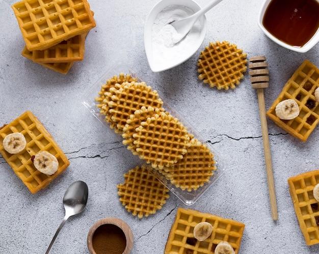 Vista superior da variedade de waffles com banana