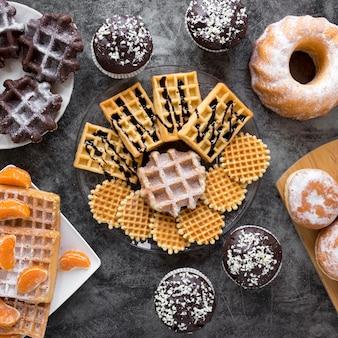 Vista superior da variedade de waffles e donuts