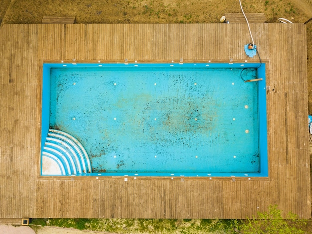 Vista superior da velha piscina azul suja cuidando das piscinas externas